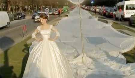 abito da sposa con strascico di 3000 metri